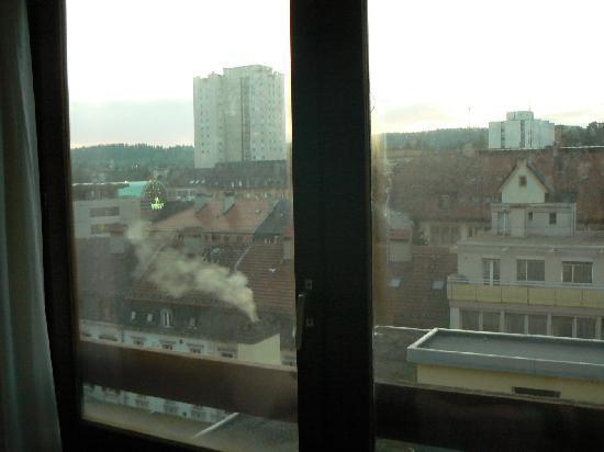 Hotel Club: la vue à travers les vitres sales...