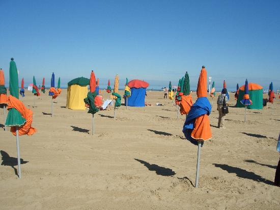 Deauville, Francia: 浜辺のパラソル