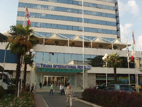 Tirana International Hotel & Conference Centre: Hotel entrance