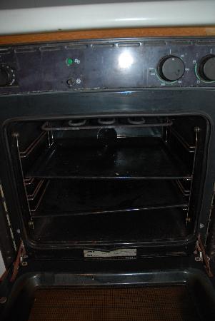 El Divino Apartments: Filthy Oven