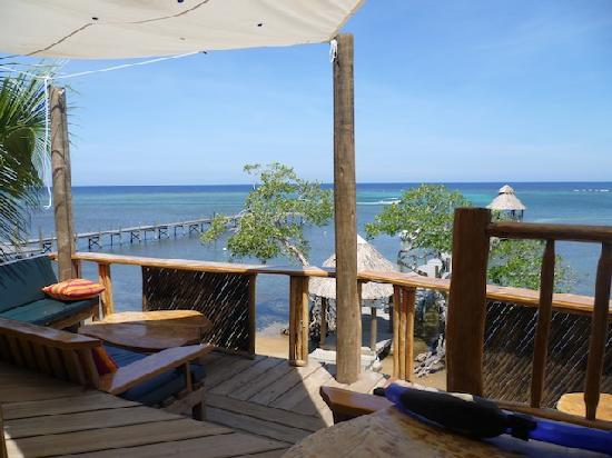 Tranquilseas Eco Lodge and Dive Center: Breakfast table and view!