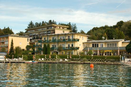 Velden am Wörther See, Österreich: Blick auf Hotel vom See aus