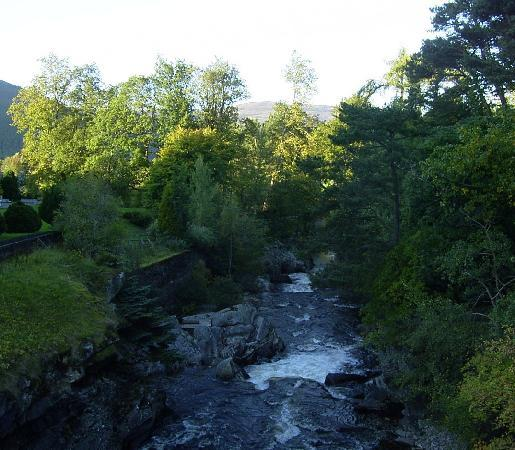 The Invercauld Arms Hotel: Stream between hotel and village