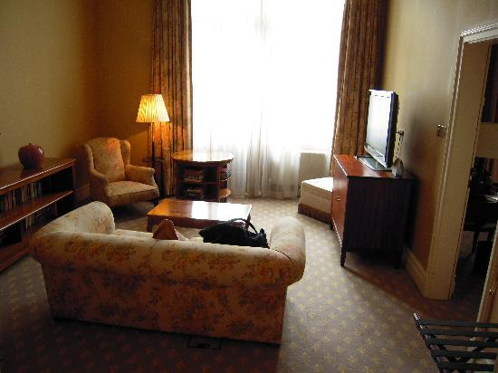 Hotel Bristol, a Luxury Collection Hotel, Warsaw: Sitting room with its own TV, so we can each watch our own programmes.