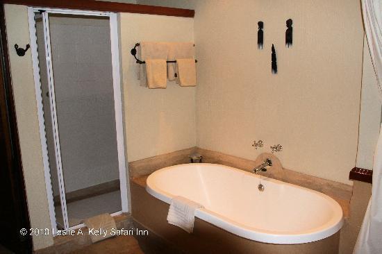 Chobe Safari Lodge : Bathtub and Show Sleeping Room