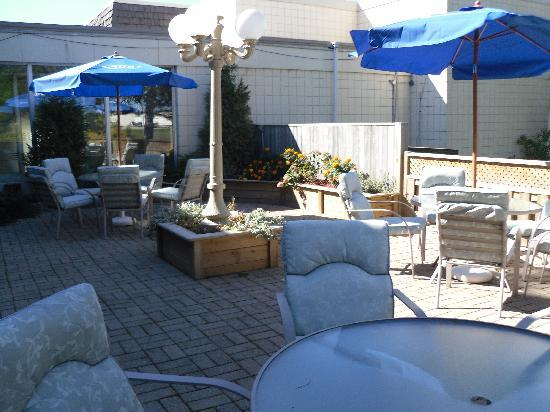 Days Inn Owen Sound: Relax on our private intimate patio