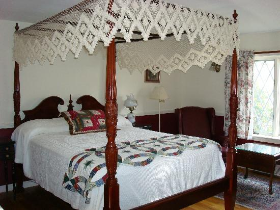 Earl of Sandwich Motel: One of our Canopy Beds