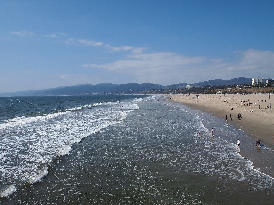Santa Monica Pier: Looking up the shore towards Malibu