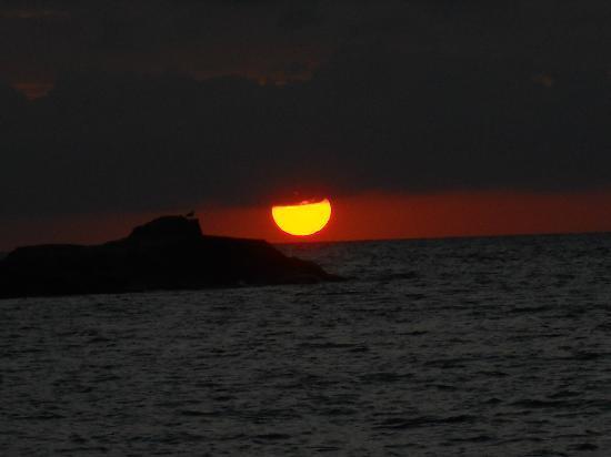 Sardaigne, Italie : tramonto visto da cala sapone
