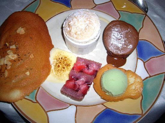 Chez Camille: Assiette de desserts pour les gourmands