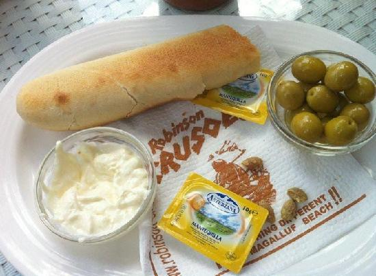 Lively Magaluf Hotel: Olives, alioli & bread at Robinson´s