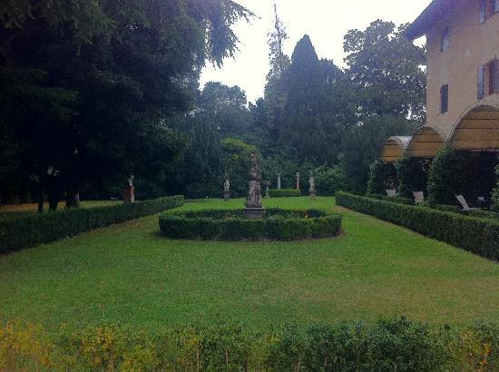 Hotel Villa Franceschi: gardens adjacent to both villa and hotel lobby