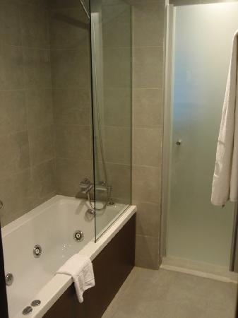 Fiesta Hotel Cala Gracio: Badewanne mit Hydro-Massage-Funktion