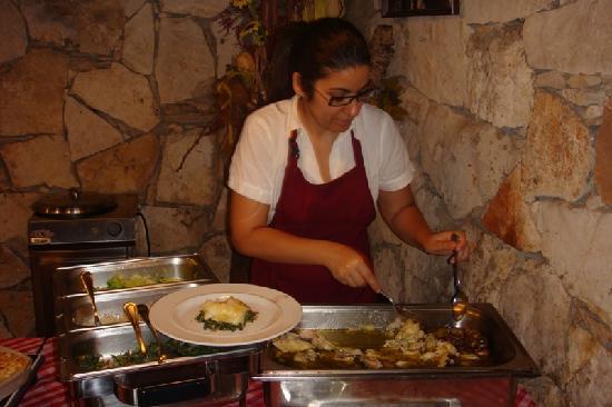 Leiria, Portugal : Preparando o prato de bacalhau