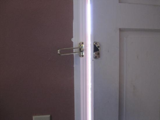Rodeway Inn: Broken Door Lock