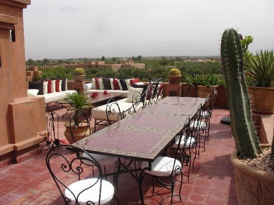 Riad Al Mendili Kasbah: Roof terrace with fireplace