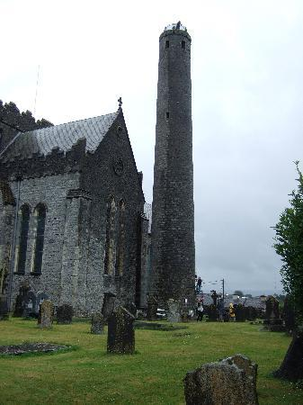 Kilkenny, Irlandia: St Canice's cathedral and tower
