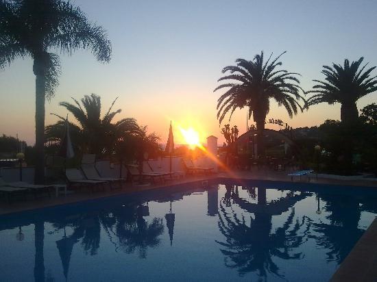 Hotel Baia del Capo: Pooterrasse am Abend