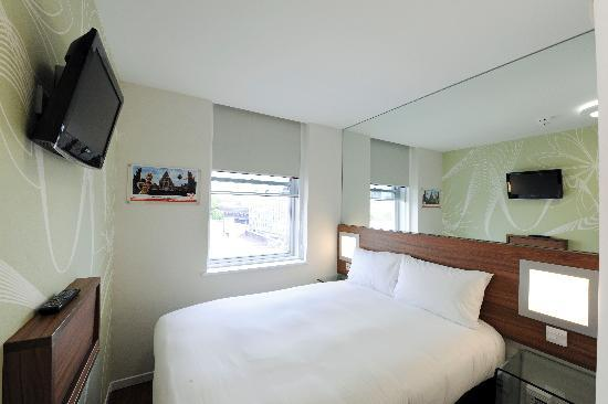 Tune Hotel - Westminster: Double standard room with window