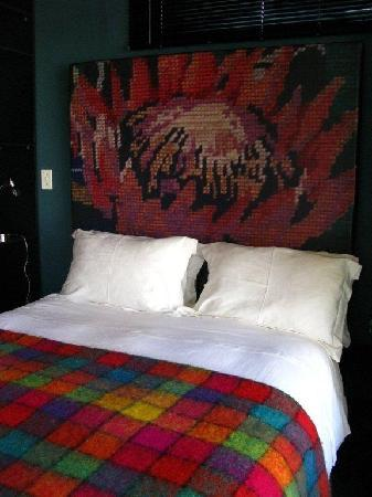 Ilali Guest House: Cozy bed with very designer bedhead