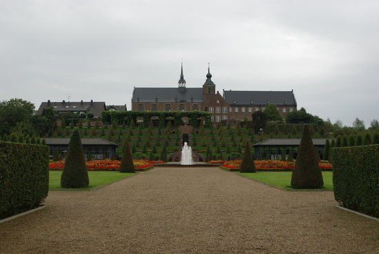 Kamp-Lintfort, Tyskland: Blick auf den Terrassengarten und das Kloster