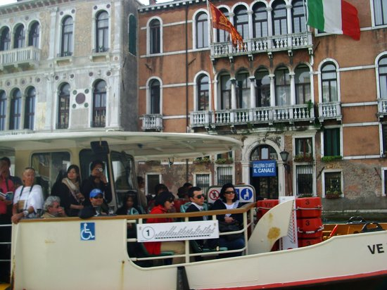 Venezia, Italia: water bus in Venice