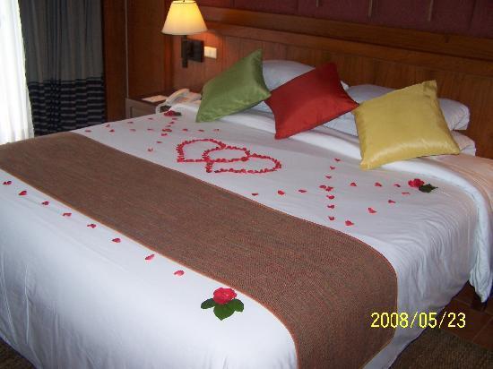 Phuket Marriott Resort & Spa, Merlin Beach: flower decor on bed