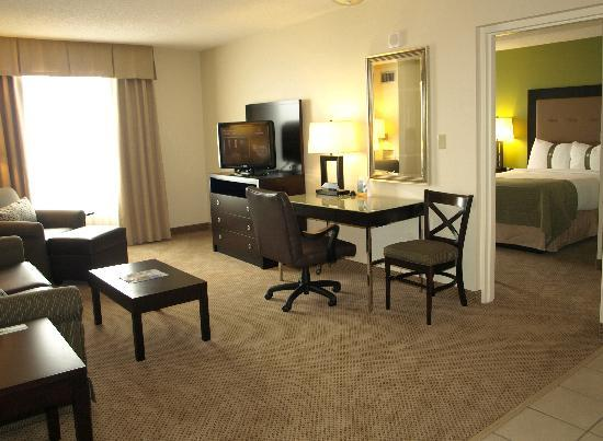 Holiday Inn & Suites Across from Universal Orlando : Suite