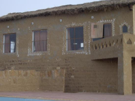 Kuldhara Heritage Resort: Broken window and one covered with cardboard... What a nice restaurant!