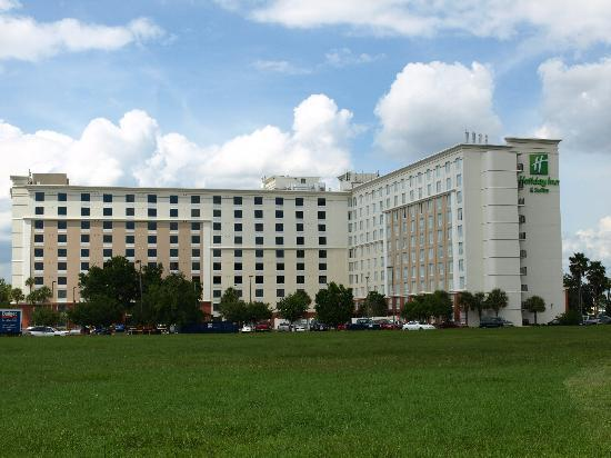 Holiday Inn & Suites Across from Universal Orlando : Exterior from I-4