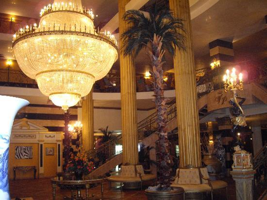 Victoria Palace Hotel & Spa: Entrance with chandelier