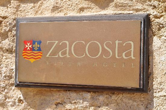 Zacosta Villa Hotel: The classy entrance sign creates a great first impression.