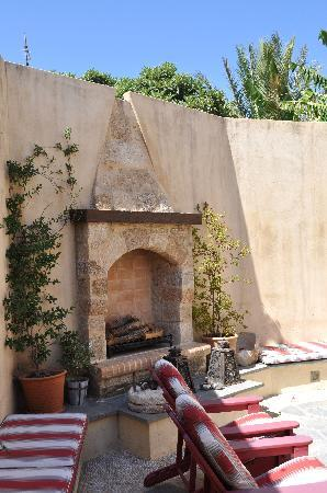 Zacosta Villa Hotel: The fireplace in the courtyard...