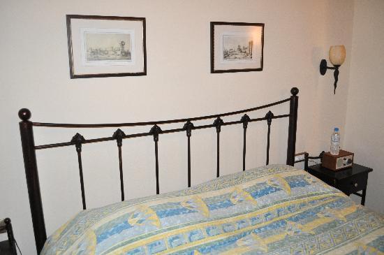 Zacosta Villa Hotel: Our bed in the Raimondo.