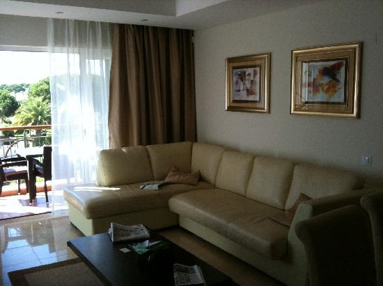 As Cascatas Golf Resort & Spa: Suite Living Room