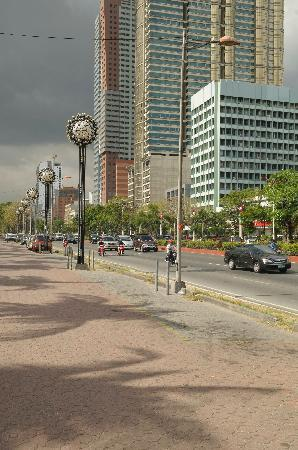 Aloha Hotel: view up roxas blvd. from across the blvd from the hotel