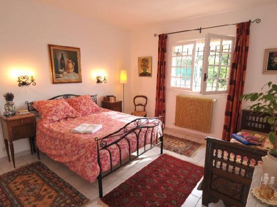 Le Bar-sur-Loup, France: Upper Garden Apartment Master bedroom