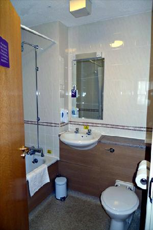 Premier Inn Blackpool Airport Hotel: Bathroom