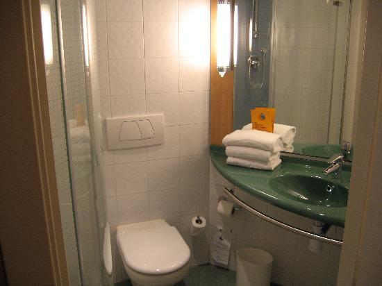 Ibis Malaga Centro Ciudad : Baño con ducha grande