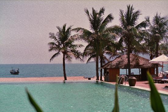 Evason Ana Mandara Nha Trang: Blick vom Resort über einen der Pools aufs Meer