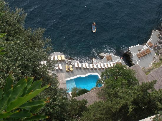 Santa Caterina Hotel : looking down at pool from terrace off of lobby