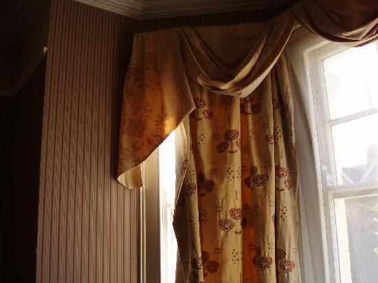 The Grosvenor Hotel : Curtains that wouldn't close