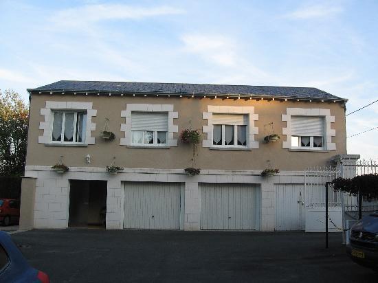 L'Hermitage: Boven een garage slapen is niet echt idyllisch