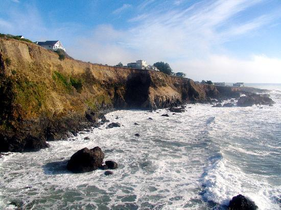 Spyglass Inn at Shelter Cove: the inn sits just near the cliffs