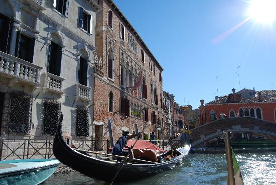 Hotel Al Sole: Picturesque view with Gondola