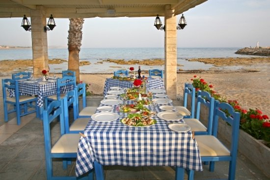 Karousos Beach Restaurant : restaurant table