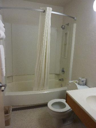 Super 8 Ketchikan: Bathroom