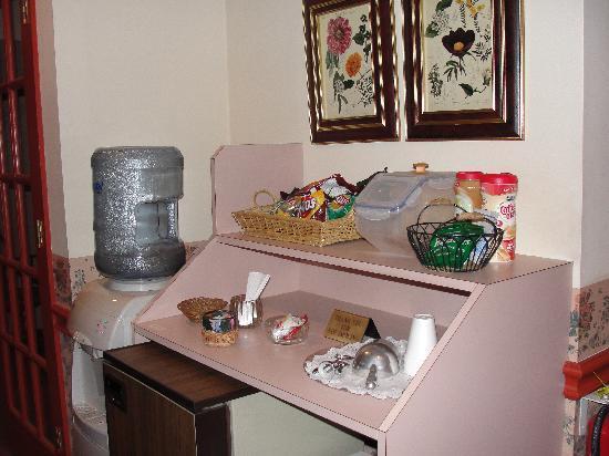 West Ridge Guest House : snack area in hallway