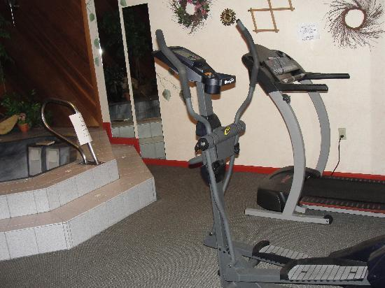 West Ridge Guest House: fitness room