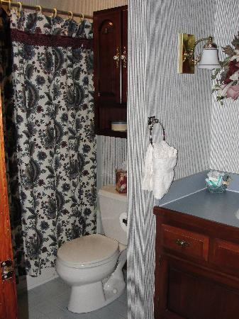 West Ridge Guest House: bathroom in Williamsburg room